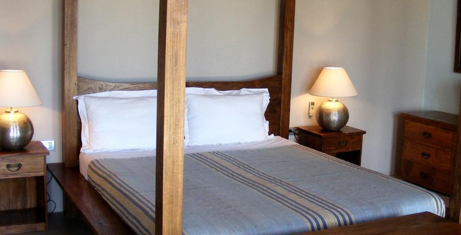 Show can jordi ibiza villa bedroom baldaquin frontview