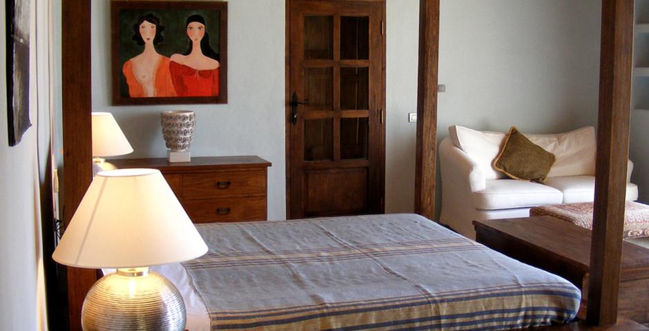 Show can jordi ibiza villa bedroom baldaquin sideview