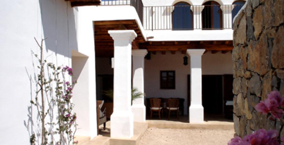 Show can jordi ibiza villa courtyard
