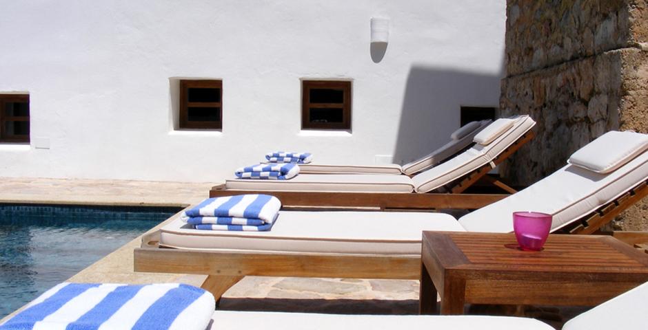 Show can jordi ibiza villa closeup sunbeds