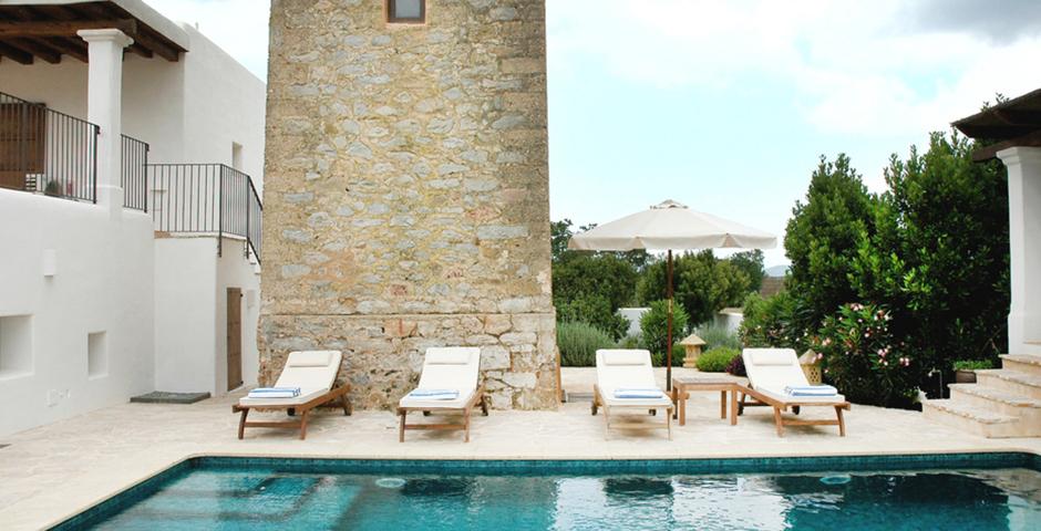 Show can jordi ibiza villa swimmingpool sunbeds courtyard