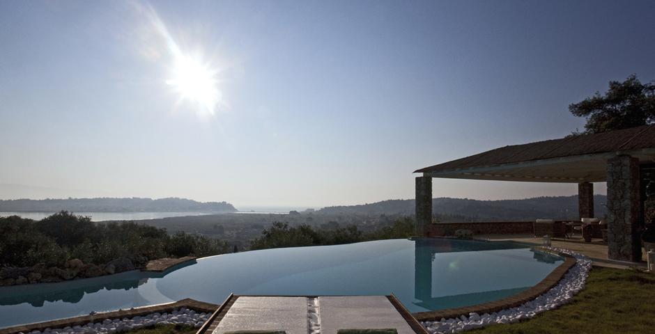 Show luxury seafront villa corfu piedra swimmingpool sunbeds seaview